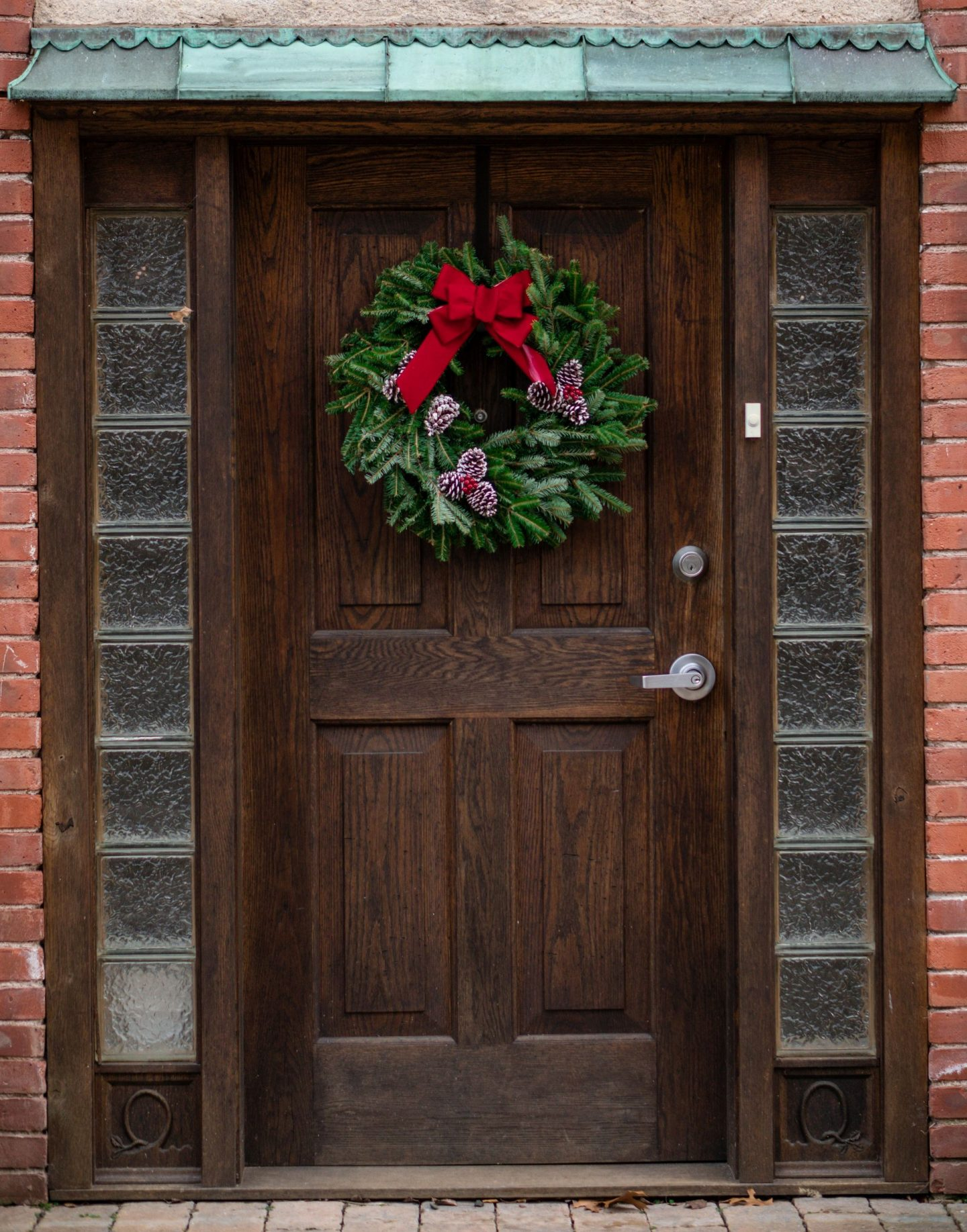 A Minimalist Guide to Holiday Decorating